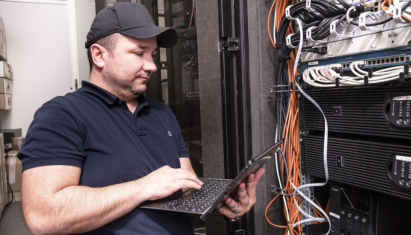 Service-Techniker von SUCONI mit Laptop am Server